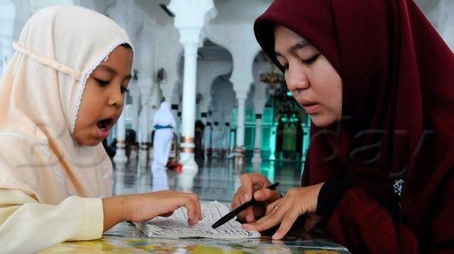 Anak Itu Butuh Ibu yang Sholehah, Bukan Ibu yang Hanya Sibuk Benerin Wajah