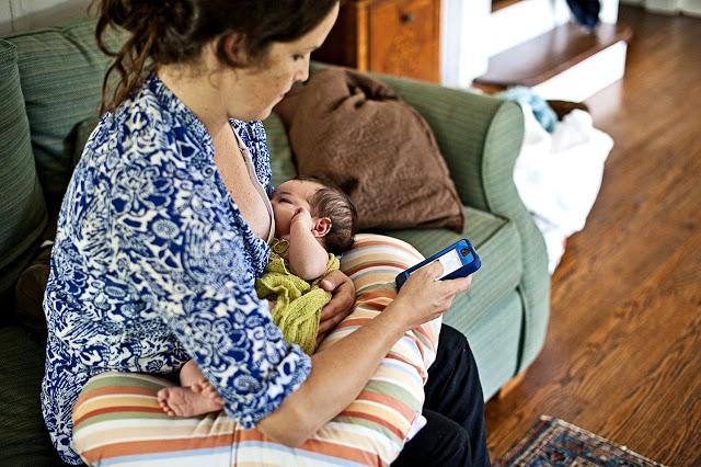 Hati-hati, Ibu Menyusui Sambil Main HP Bisa Merusak DNA Bayi