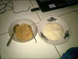 Mulai Sekarang Hentikan Makan Nasi Bersama Mie Instan, Akibatnya Sangat Berbahaya