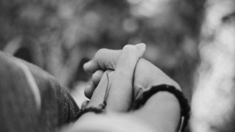 Penelitian: Menggenggam Tangan Pasangan Bisa Meredakan Pertengkaran