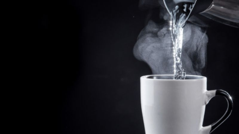 Ini 5 Manfaat Besar Minum Air Hangat Sebelum Tidur