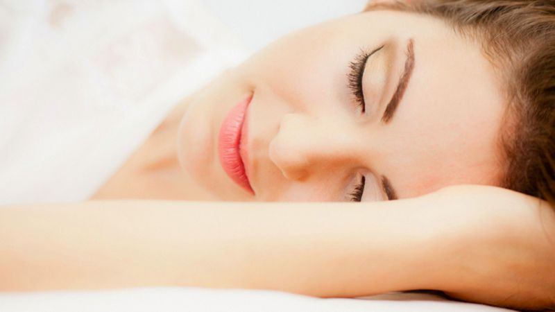 Sering Diabaikan, Tidur Pakai Make Up Bisa Menimbulkan Masalah Kulit yang Serius